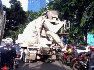 Bahkan harus saingan sama truk semen.. ya ampunn