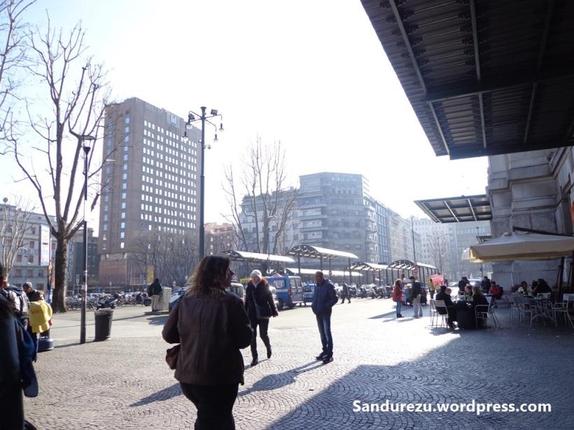 Di depan Milano Centrale, sayangnya tidak sempat mendokumentasikan terminal stasiun Milano Centrale-nya. :'(