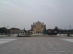 Lapangan dengan tempat duduk yang mengingatkanku akan dinginnya malam di Verona