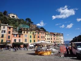 Pusat dermaga Portofino, kayaknya lagi direnovasi untuk persiapan libur musim panas