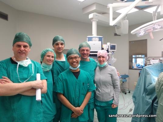 Foto terakhir bersama Prof.Giuseppe Martucciello, Dott.Andaloro dan perawat OK di ruang operasi