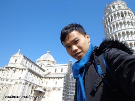 Terpaksa selfie di bawah Menara Pisa, ckck