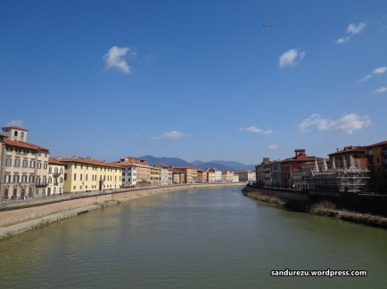 Sungai yang membelah kota Pisa