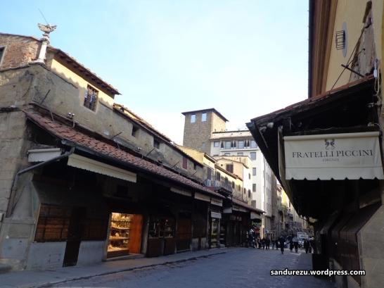 Di atas jembatan tua Ponte Vecchio