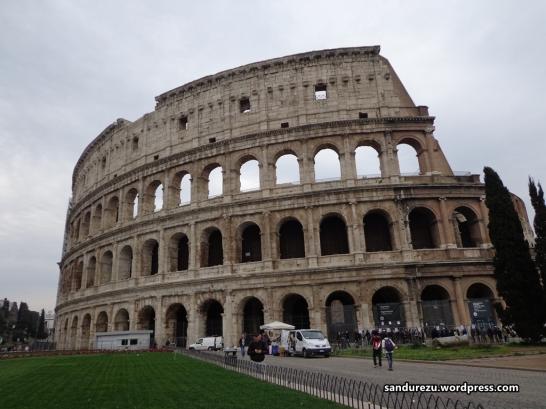 Colosseum, Roma! Bangunan yang menjadi saksi peradaban bangsa Romawi sejak berabad-abad sebelum Masehi. Masih utuh sampai sekarang, masya Allah.