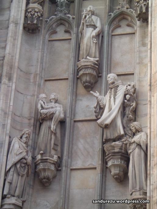 Patung-patung di dinding Milano Cathedral