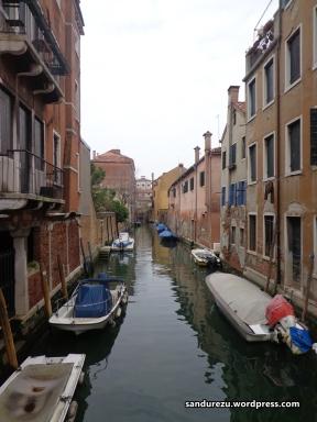 Sungai-sungai kecil ini seperti membelah-belah kota Venice