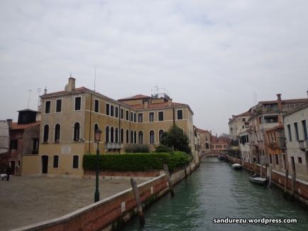 Venice dengan water taxi yang sedang bersandar
