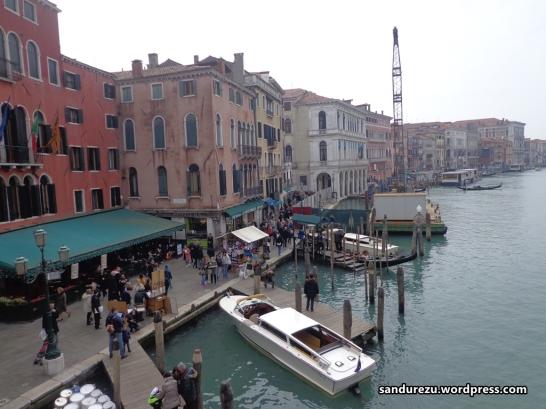 Dermaga gondola dan water taxi di Grand Canal.