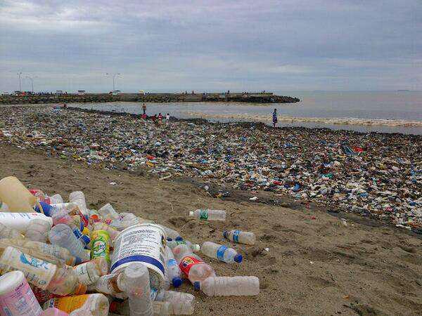 Pantai Padang berubah menjadi lautan sampah pasca libur lebaran yang lalu (sumber: https://twitter.com/infoSumbar)