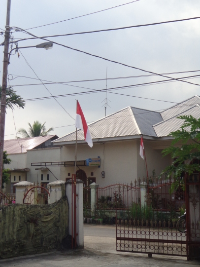 Penampakan bendera merah putih di depan gerbang rumah. Selamat Hari Merdeka!