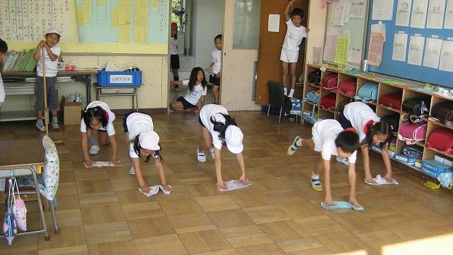 Anak-anak sekolah di Jepang selalu kerja bakti setiap hari (Image: http://1.bp.blogspot.com/)