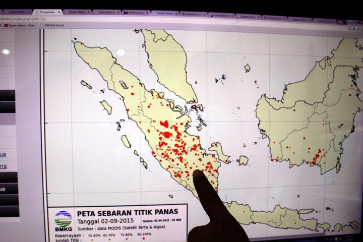 Foto: DANIL SIREGAR/SUMUT POS Petugas BMKG Wilayah I Medan memperlihatkan peta sebaran titik panas yang teramati di kantor BMKG Wilayah I Medan, Kamis (3/9/2015). Penyebab kabut asap di wilayah Medan, akibat kebakaran hutan di Riau serta meningkatnya jumlah titik panas di pulau Sumatera sebanyak 898 titik.