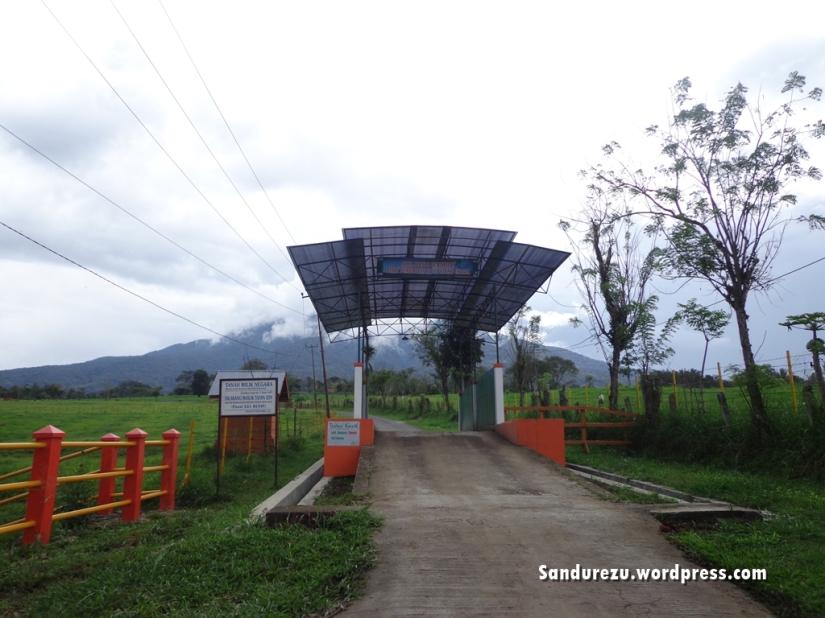 Pemandangan awal di peternakan, sebuah gerbang lagi