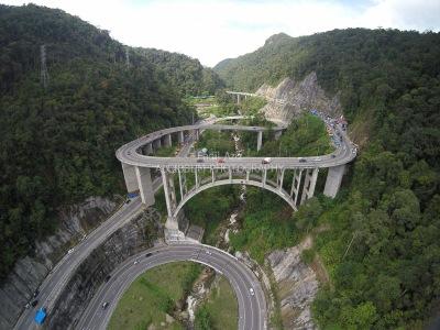 Jembatan kelok 9 (https://alcibbumaerialindonesia.files.wordpress.com)