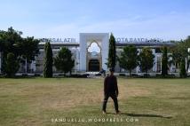 Di depan bangunan taman Bustanussalatin Banda Aceh