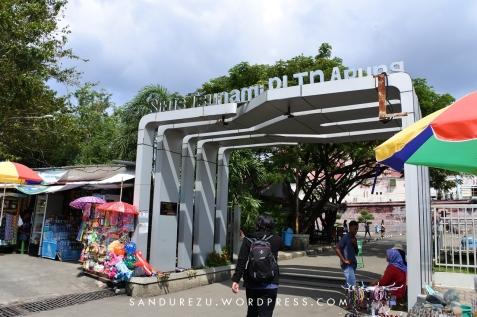 Masuk ke gerbang museum