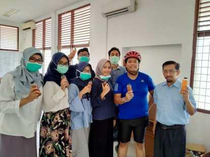 Pak Andani menerima donasi dari Gen Muda FK Unand